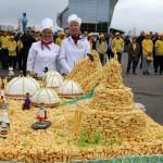 Настоящим сюрпризом для гостей медового фестиваля стал огромный башкирский чак–чак, изготовленный  местными кондитерами. Блюдо из теста и меда потянуло на 200 килограммов. Это абсолютный мировой рекорд, претендующий на внесение  в книгу рекордов Гиннеса.