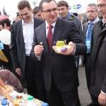 А вот российским сыром господин министр поделился с москвичками
