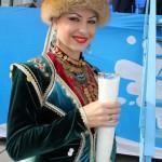 Еще секунда, и этот рог с молоком будет вылит Андреем Даниленко в молочный фонтан, и фестиваль будет объявлен открытым