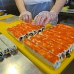 Поклонники японской кухни могут разжиться тут свежеприготовленными роллами